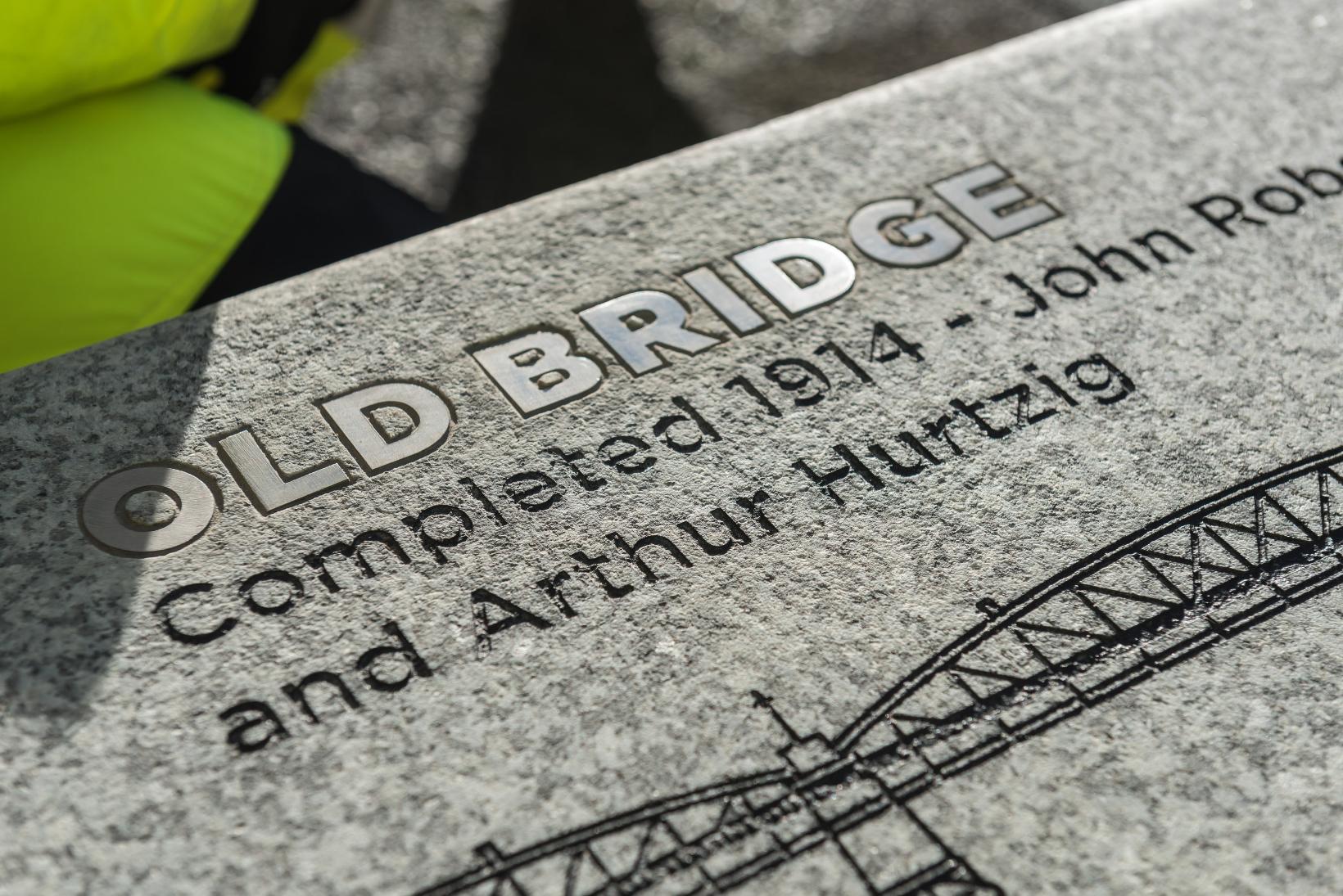 Zoom sur les illustrations de ponts créé sur des bancs pour Rochester Bridg