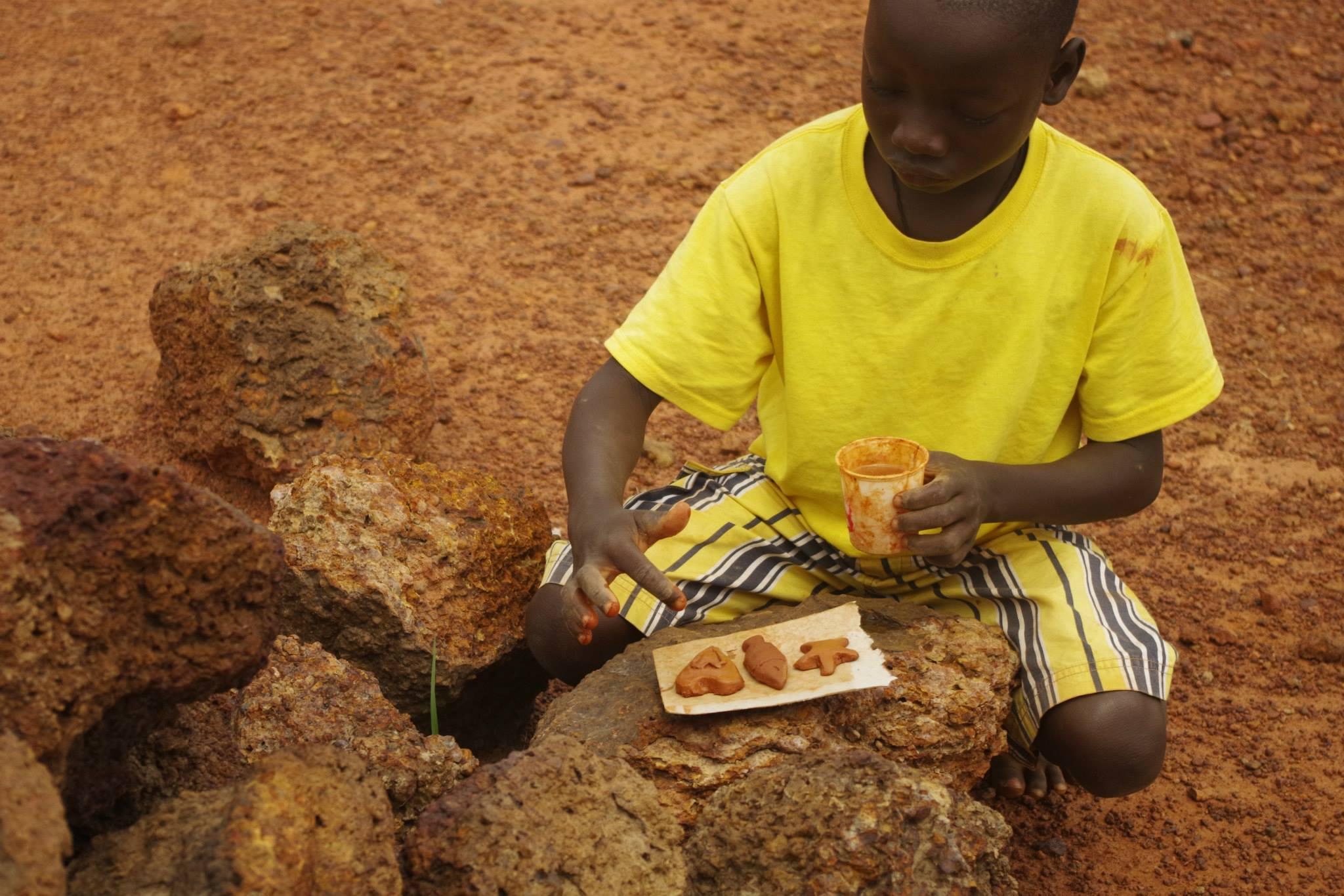 garçon burkinabé qui faite la poterie au centre culturel Cultur'aid