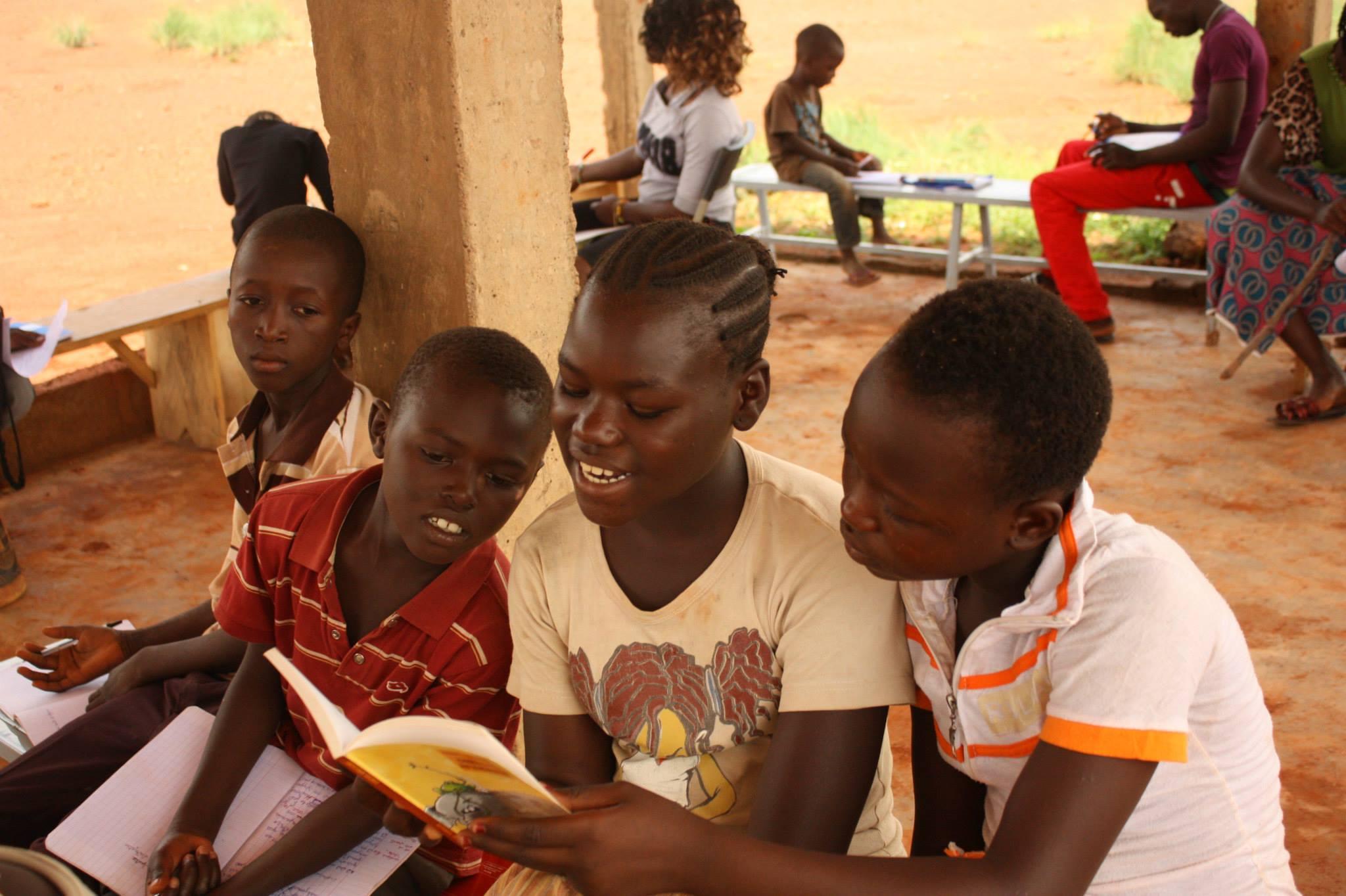 enfants qui lisent au Burkina Faso avec Cultur'aid