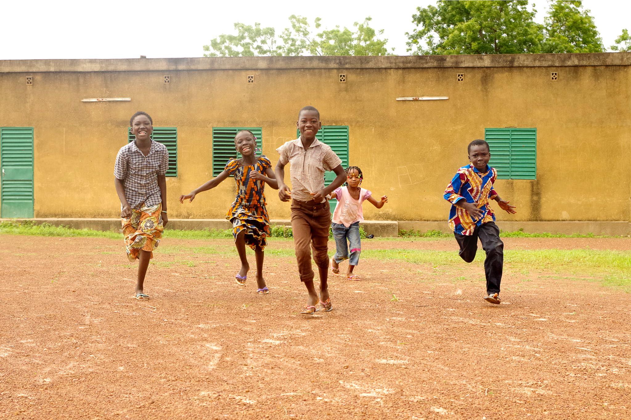 enfants burkinabé qui courent au centre culturel Cultur'aid