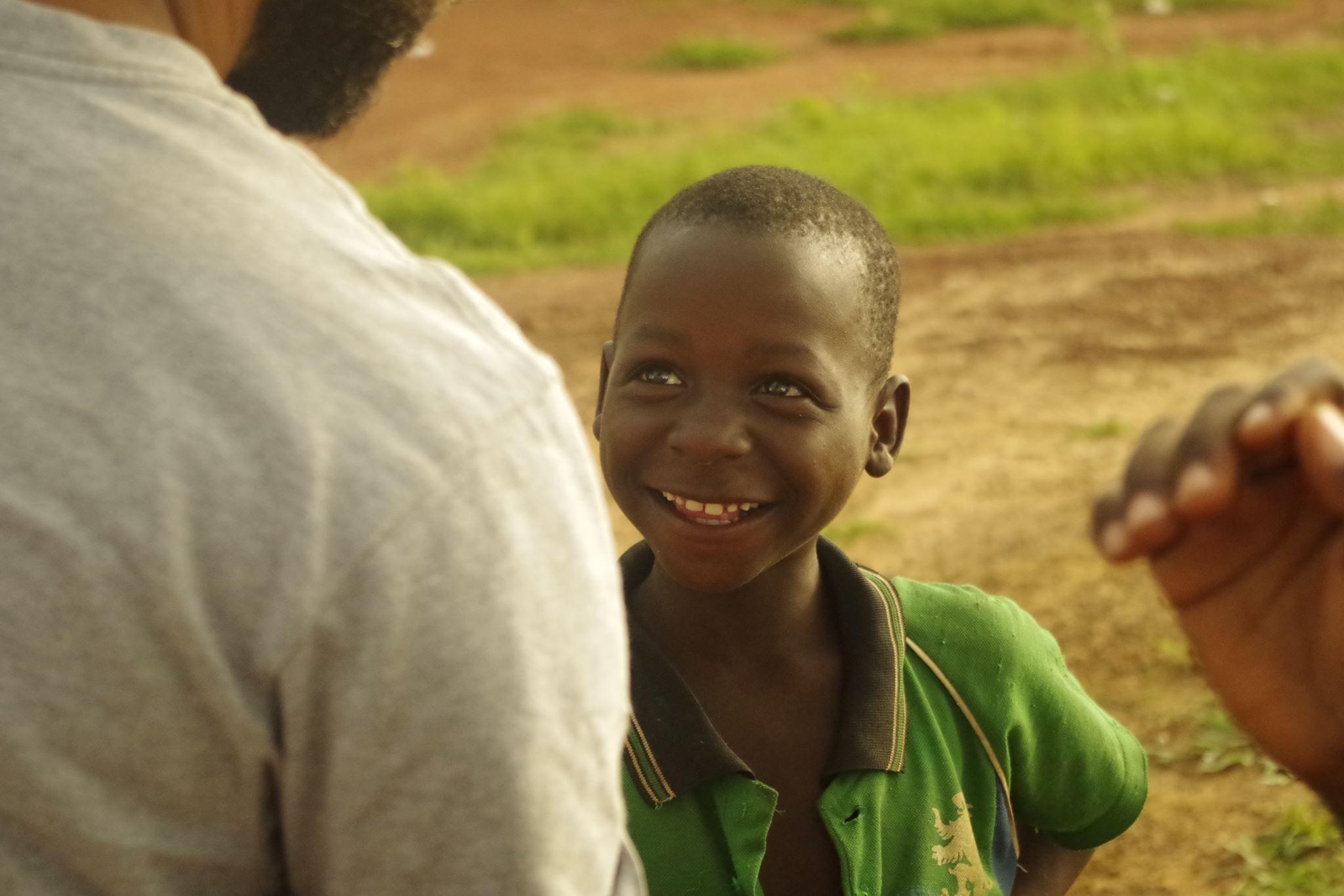 garçon burkinabé qui rit au centre culturel Cultur'aid