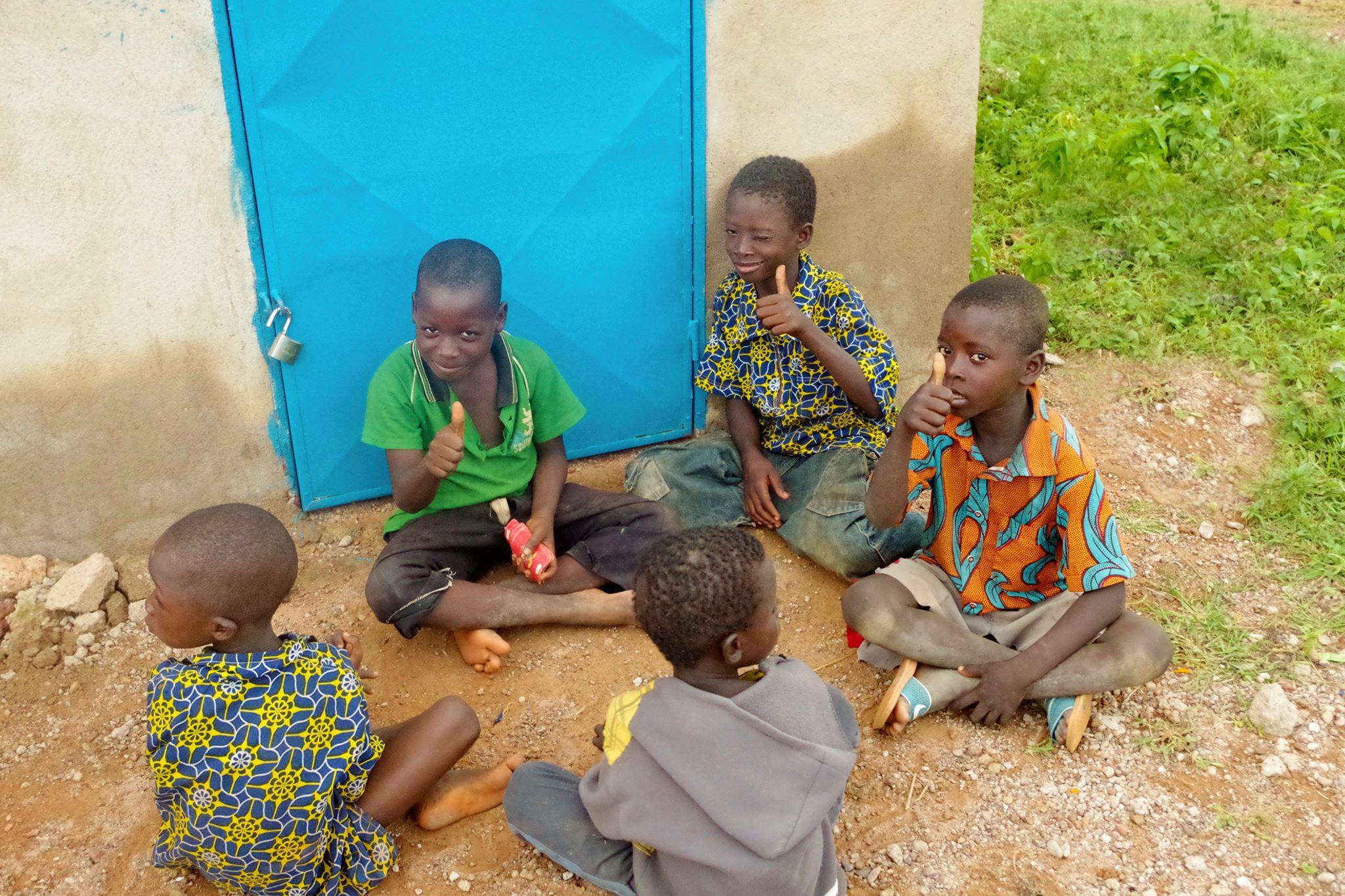 enfants burkinabé assis au centre culturel Cultur'aid